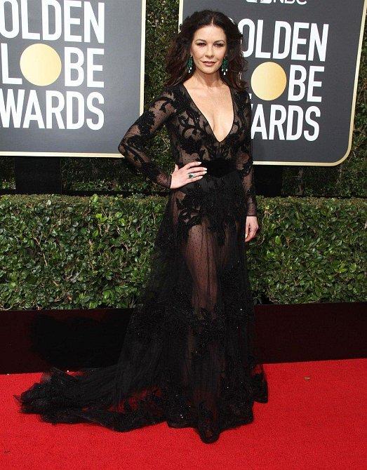 Catherine Zeta Jones i s padesátkou na krku zvolila průsvitný model a my říkáme, proč ne?