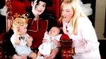 Paris Michael Katharine a Joseph Michael se svou matkou Debbie Rowe. Ta se ale na jejich výchově nikdy nepodílela, s nekvětší pravděpodobností jen děti Michaelu Jacksonovi porodila. Sporný je i podíle genů otce. Zkrátka jedna velká záhad...