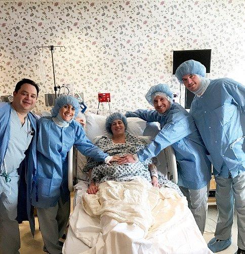 V nemocnici byli s Liannou všichni.