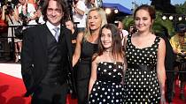 Saša Rašilov s Vandou Hybnerovou a s dcerami