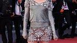 Kristen Stewart působila na premiéře filmu BlacKkKlansman unaveně. Kruhy pod očima se zamaskovat nepovedly, herečka navíc po pózování pro fotografy ihned vyzula lodičky a dál pokračovala bez bot. V nestřežený okamžik se pak dokonce neubránila zívnutí.