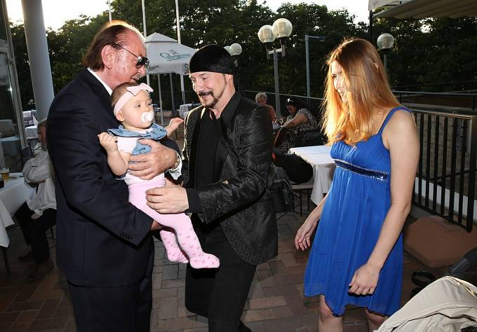 Bohuš Matuš vyrazil s rodinou na oslavu narozenin Františka Janečka.