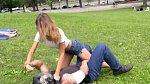 Pokud se na to budete cítit, je možné se útočníka také zbavit tím, že mu zapíchnete prsty do očí, praštíte ho do nosu...