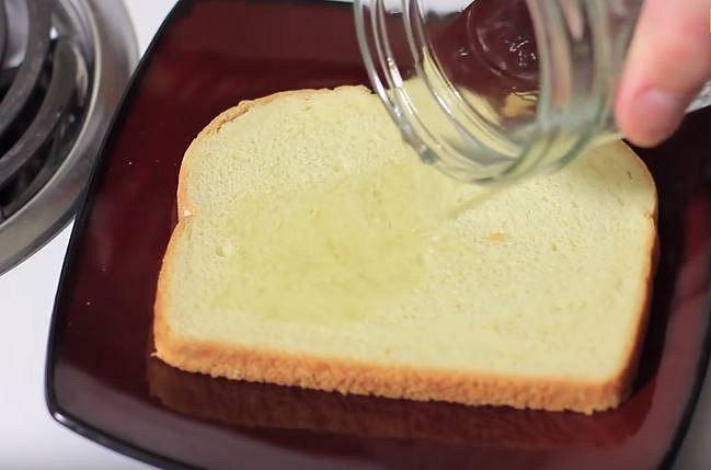 Polijte octem plátek toastového chleba, ten vložte do zapáchajícího koše. Po chvli můžete chleba vyjmout, bude po zápachu.