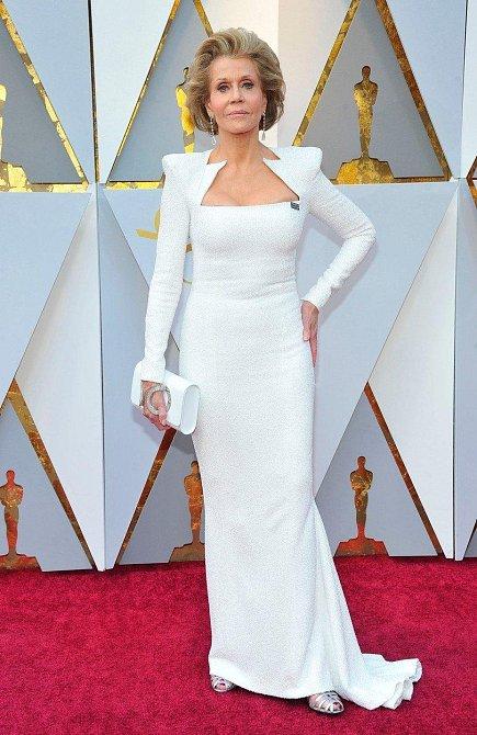 Jane Fonda šokuje pokaždé, když se někde objeví. O na Oscarech z ní nikdo nemohl spatřit oči. Tahle osmdesátnice zkrátka umí.