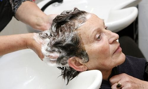Proměna paní Evy (66) - barvení vlasů