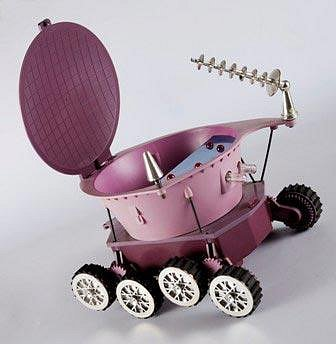 Lunochod piko NDR z 60. let minulého století – nejoblíbenější a nejběžnější hračka pro české děti. Ještě dnes ji seženete třeba na Aukru za dvě tři stovky...