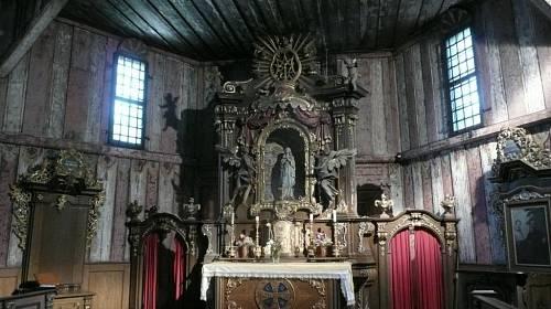 <p>Dřevěný kostelík na hřbitově drží pohromadě bez jediné kovové součásti. Říká se, že ho chrání sam