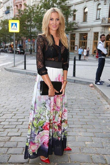 Katka se na společenskou událost vybavila šaty v netradiční kombinaci krajky a splývavého materiálu, k nim obula luxusní botky v kontrastní barvě. A od nás má za jedna!