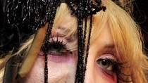 Courtney Love - je jistě velmi náročné zamaskovat léta na drogách a alkoholu...