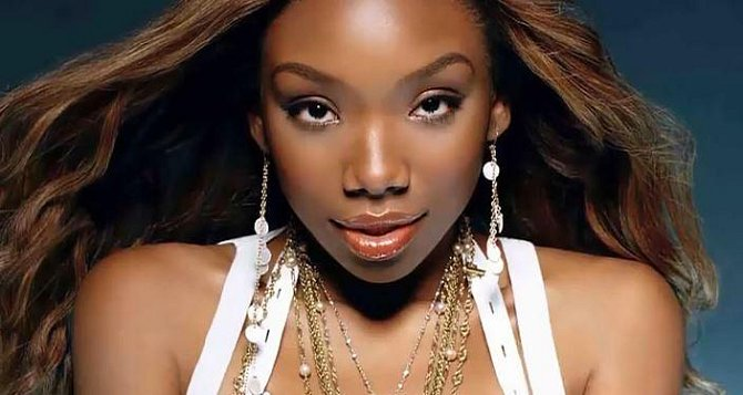 Brandy - tato hvězda devadesátých let bohužel nešťastnou náhodou během autonehody zabila ženu - matku dvou dětí. Od té doby jde její kariéra strmě dolů a poslední album z roku 2014 bylo propadák roku.