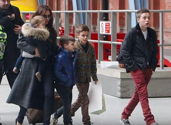 Brooklyn, Romeo, Cruz a Harper jsou dětmi Davida a Victorie Beckhamových. Všechny čtyři mají svá jména registrovaná coby značku a všechny už si nějakým způsobem vydělávají. Brooklyn a Romeo zkouší modeling, Cruz zpívá a Harper má...