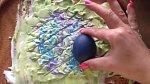 Teď si tedy konečně vezmeme do ruky předem obarvené vajíčko a ponoříme jej do pěny. Určitě začínejte na kraji, ne uprostřed.