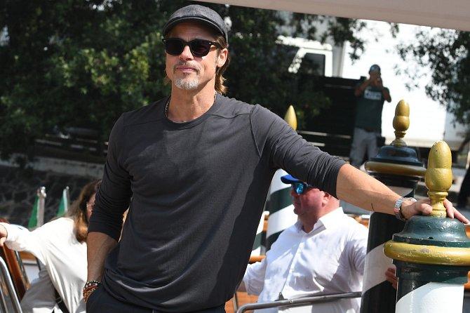Brad Pitt uvádí svůj nový film Tenkrát v Hollywoodu.