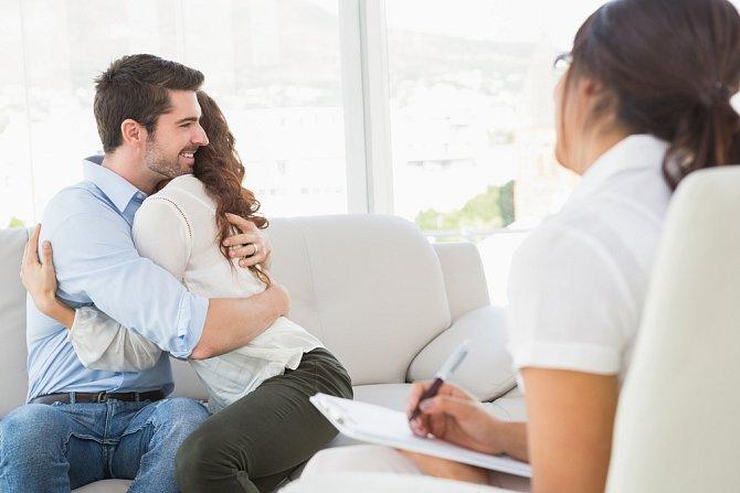 Psycholog není čaroděj, který by vařil lektvary lásky, ale může vás aspoň správně nasměrovat. Po zdařilé terapii byste měli lépe rozumět jeden druhému a uvědomit si, čeho si na sobě navzájem vážíte.