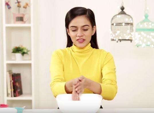 Připravte si koupel ze třech dílů sody a jednoho dílu vody. Ruce touto směsí několik minut masírujte.