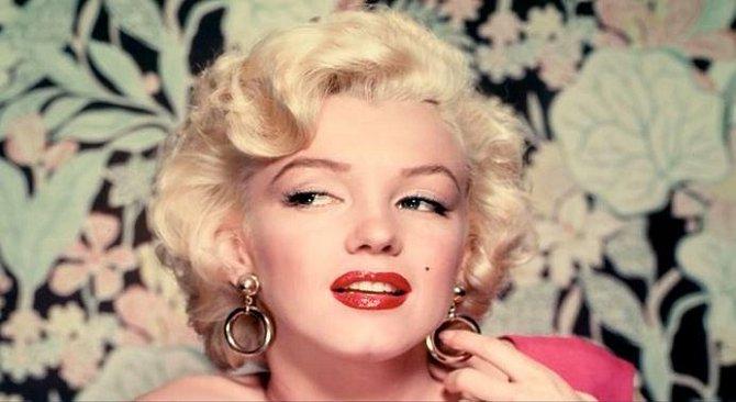 Marilyn Monroe - zemřela 8. srpna 1962. Byla nalezena ve své posteli, nahá, ležící na břiše a s telefonem v ruce. Všude okolo byly rozházené krabičky od léků.