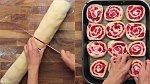 Nakrájejte ho na cca 3 - 4 cm silná kolečka a dejte je vedle sebe do plechu vyloženého pečícím papírem. Než vše dáte do trouby, nechte koláč ještě další 1/2 hodinu vykynout. Poté pečte při 200 °C cca 30 minut.
