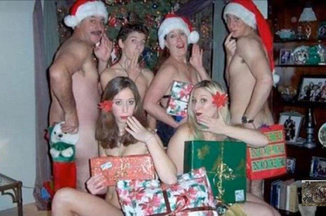 Námět na vánoční fotografii pro nudisty.