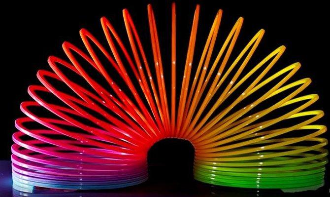 Slinky se začaly prodávat v roce 1945 a během 90 minut se prý prodalo 400 kusů. Ani vám asi nemusíme zdůrazňovat, že James díky svému vynálezu značně zbohatl.