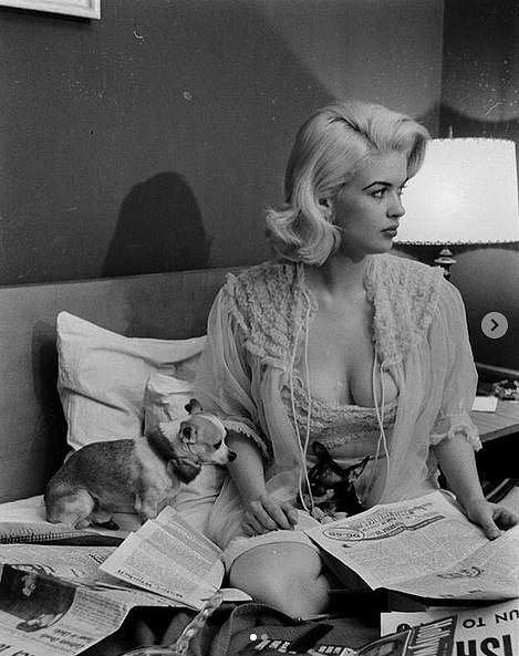Jayne Mansfield při četbě ranních novin, 1956