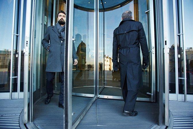 Otáčivé dveře jsou pro hollywoodského herce nepřekonatelné.