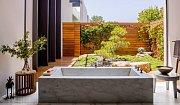 Z vany se můžete dívat přímo na zahradu. Skvělé, že?