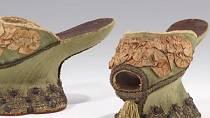 Platformy - šlo o boty, které měly vysokou podrážku až 50 cm. Vysoké boty se nosily jednoduše proto, aby se dotyční nezašpinili a že se před objevením toalet na ulici povalovalo kdeco.