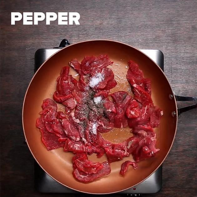 Maso dejte do hlubší pánve s rozpáleným olejem. Osolte a opepřete. Opékejte, až maso zcela zhnědne a pustí šťávu. Vyndejte jej a udržte ho v teple.