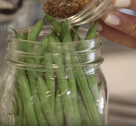 A přidejte směs hořčičného semínky, soli a pepře.