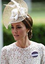 Klobouky jednoznačně patří k dostihům, s tímto modelem se Kate objevila na 15. června za závodišti v Ascotu v hrabství Berkshire.