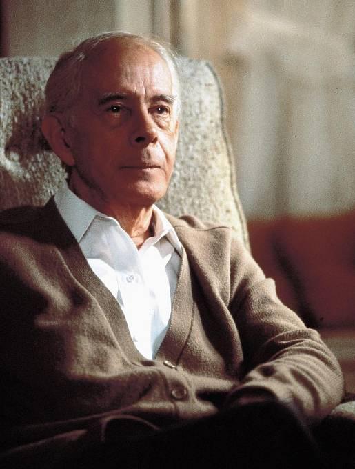Předtím si ještě v prvním díle 3. sezóny zahrál v seriálu epizodní roli bláznivého generála Steelea. Herec zemřel na začátku prosince 2011 v 96 letech.