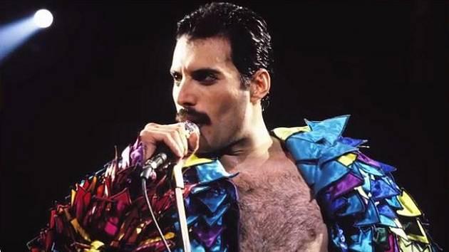 Freddie Mercury (1946-1991) - Frontman rockové kapely Queen je označován za jednoho z nejlepších zpěváků historie. Zemřel však předčasně, v 45 letech, jen 25 hodin den poté, co veřejně svým fanouškům oznámil, že má AIDS.