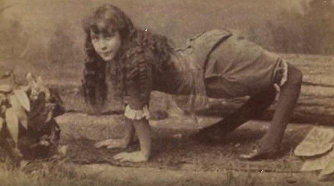 Ella Harper - Říkalo se jí velbloudí dívka, narodila se totiž s abnormálně vyvinutými nohami, šlo o genetickou vadu.
