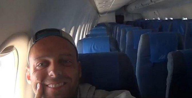 3. Po přistání prozradil na sociální síti, že to byl zvláštní zážitek mít pro sebe celé letadlo včetně veškerého personálu, cítil se chvílemi trochu trapně.