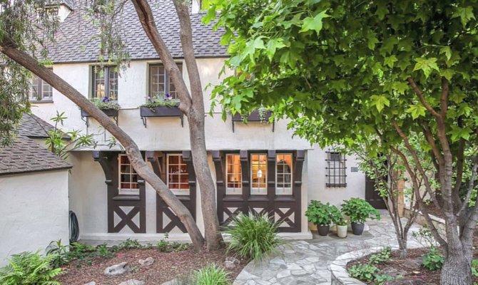 Dům se nachází v Kalifornii a je obklopen zelení.