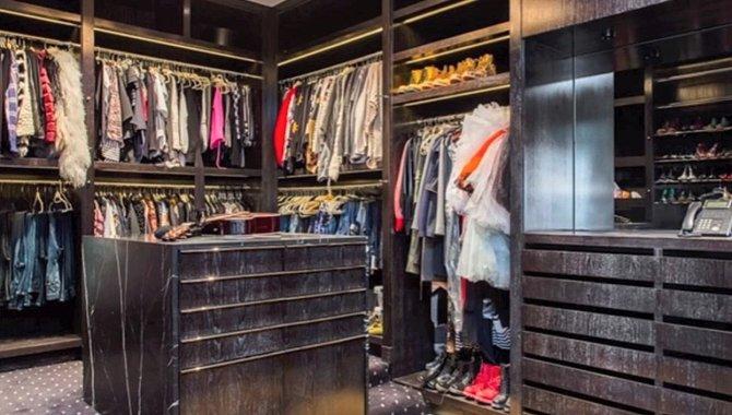 Obří šatna, ve které má Gwen veškeré své oblečení.