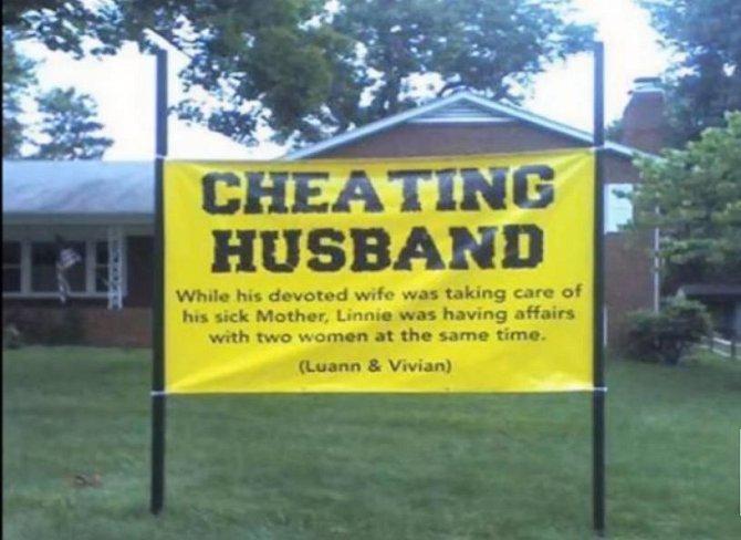 Opět jeden nápis, tentokrát informující sousedy o manželově nevěře.