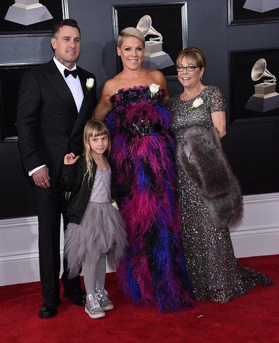 Pink si sice žádnou cenu neodnesla, přesto na Instagramu zhodnotila, že si s rodinou užila krásný večer. Povedlo se jí vystoupení, muž vypadal jako hvězda stříbrného plátna, maminka působila celou dobu velmi spokojeně a dcera viděla ...