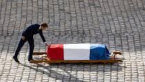 Hold přišel vzdát i prezident Emmanuel Macron.