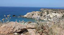 Kontrast modrého moře a bílých skalisek