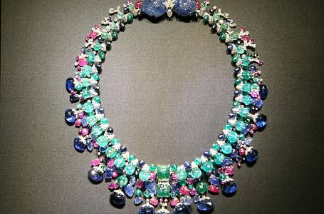 <p>Proslulý náhrdelník Tutti Frutti kombinuje výrazné barvy i druhy drahokamů.</p>