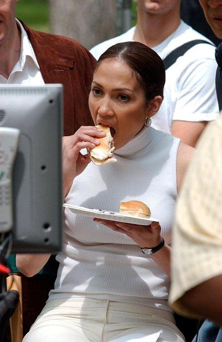 Jennifer Lopez si udržuje postavu dietou bez soli a cukrů, ale při natáčení neodolala