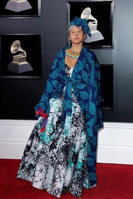 Liliana Saumet měla nejen podivnou vrstvenou róbu, ale také přímo na tělo namalované šperky a extravagantní líčení.