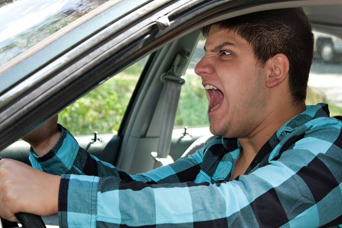 Potlačenou agresi si často vybíjí tím, že vyhledává adrenalin. Možná se k němu bojíte přisednout do auta, protože se za volantem chová zběsile.