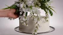 Na svatební dort se pokládala nevěstina svatební kytice.