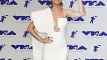 Katy Perry a její úchvatná bílá róba, která odhalila, že se zpěvačce podařilo zhubnout.