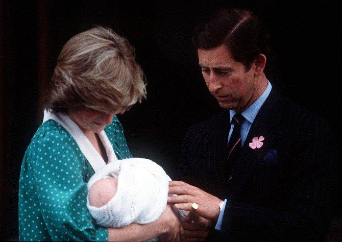 Lady Diana a princ Charles si odnášejí z porodnice prvorozeného syna Williama. Ten se již brzy stane trojnásobným otcem.