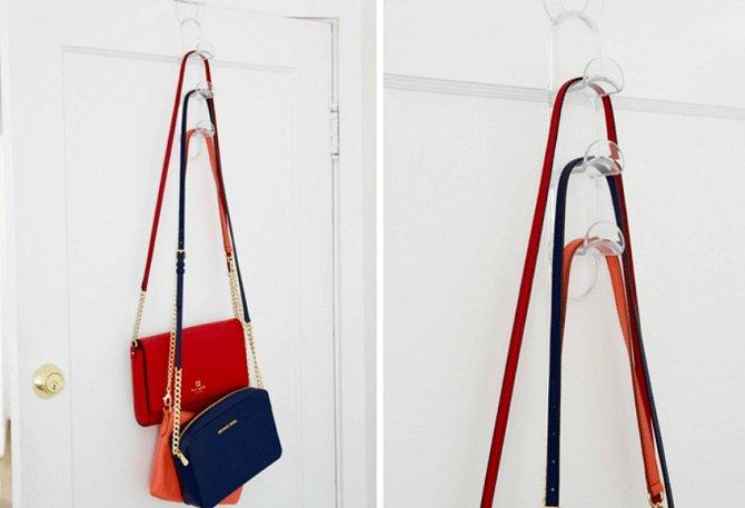 Háček, který lze zavěsit na dveře může udělat velkou službu pro malé kabelky.