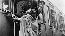 19. Americký voják líbá svou dívku na rozloučenou před odjezdem na frontu.
